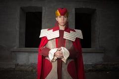Hombre joven vestido como rey fotos de archivo