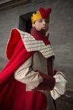 Hombre joven vestido como rey foto de archivo