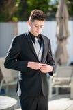 Hombre joven vestido pozo Fotos de archivo libres de regalías