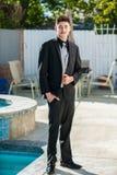 Hombre joven vestido pozo que parece suave Foto de archivo libre de regalías