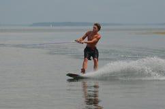 Hombre joven Wakeboarding en un día de verano en Maine Imagen de archivo libre de regalías