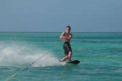 Hombre joven Wakeboarding en un día perfecto en Aruba Foto de archivo libre de regalías