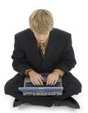 Hombre joven y computadora portátil Imagenes de archivo