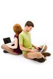 Hombre joven y muchacha con el ordenador portátil Fotos de archivo