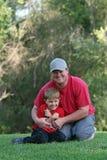 Hombre joven y muchacho en el parque Fotografía de archivo libre de regalías