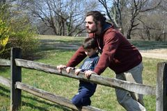 Hombre joven y muchacho joven al aire libre Imagen de archivo libre de regalías