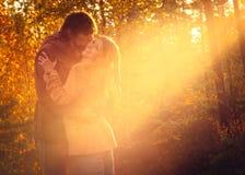 Hombre joven y mujer de los pares que abrazan en al aire libre romántico del amor foto de archivo libre de regalías