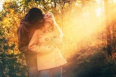 Hombre joven y mujer de los pares que abrazan en al aire libre romántico del amor foto de archivo