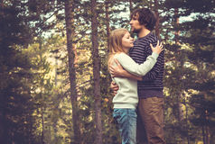 Hombre joven y mujer de los pares que abrazan en amor Fotografía de archivo