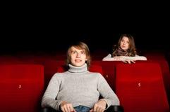 Hombre joven y mujer en el cine Foto de archivo libre de regalías