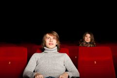 Hombre joven y mujer en el cine Imagenes de archivo