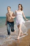 Hombre joven y mujer en el mar Imágenes de archivo libres de regalías
