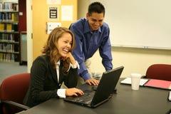 Hombre joven y mujer en el ordenador Imágenes de archivo libres de regalías