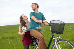 Hombre joven y mujer en la bicicleta Fotografía de archivo libre de regalías