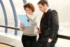 Hombre joven y mujer en la reunión Imagen de archivo libre de regalías