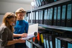 Hombre joven y mujer en los archivos de la compañía Foto de archivo libre de regalías