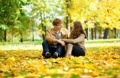 Hombre joven y mujer en un parque Imágenes de archivo libres de regalías