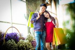 Hombre joven y mujer hermosos muy felices en ropa informal con Imágenes de archivo libres de regalías
