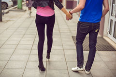 Hombre joven y mujer que caminan abajo de la calle Fotografía de archivo libre de regalías