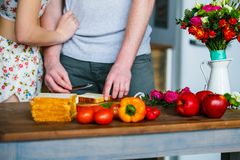 Hombre joven y mujer que hacen el desayuno en la cocina fotografía de archivo libre de regalías
