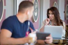 Hombre joven y mujer que miran uno a en un café Foto de archivo