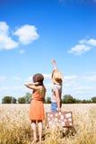 Hombre joven y mujer que señalan en algo en azul fotografía de archivo libre de regalías
