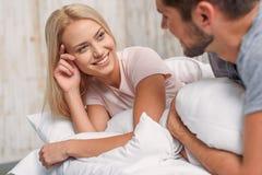 Hombre joven y mujer que se relajan en dormitorio Imagenes de archivo