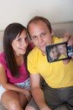 Hombre joven y mujer que toman el retrato de uno mismo Imagen de archivo libre de regalías