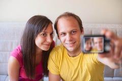 Hombre joven y mujer que toman el retrato de uno mismo Imagenes de archivo