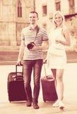 Hombre joven y mujer que viajan que caminan en ciudad Imagen de archivo