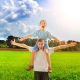 Hombre joven y niño al aire libre Imagenes de archivo