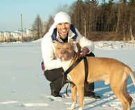 Hombre joven y su perro Fotos de archivo