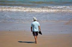 Hombre jubilado en la playa Imágenes de archivo libres de regalías