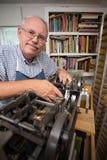 Hombre jubilado en taller Imágenes de archivo libres de regalías