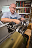 Hombre jubilado en taller Fotografía de archivo libre de regalías