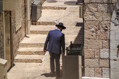 Hombre judío jasídico que mira en compartimiento en el cuarto judío de Jerusalén foto de archivo libre de regalías