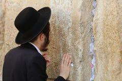 Hombre judío ortodoxo en la pared occidental en Jerusalén foto de archivo libre de regalías