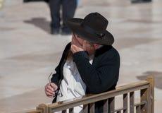 Hombre judío ortodoxo indefinido cerca de la pared occidental en Jerusalén imágenes de archivo libres de regalías