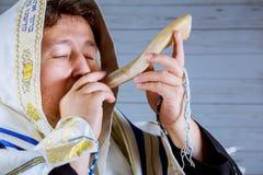 Hombre judío que sopla el cuerno del Shofar del Año Nuevo de Rosh Hashanah Fotografía de archivo libre de regalías