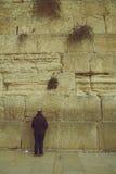 Hombre judío syanding y que ruega en la pared que se lamenta sagrada, al oeste Imágenes de archivo libres de regalías
