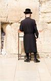 Hombre judío jasídico que ruega en la pared occidental Fotos de archivo