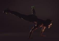 Hombre juguetón joven que hace ejercicios de la yoga Foto de archivo libre de regalías