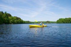 Hombre kayaking Imagen de archivo libre de regalías