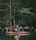 Hombre kayaking en el lago en verano Foto de archivo