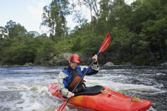 Hombre kayaking en el río Fotos de archivo