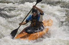 Hombre Kayaking en el río de la montaña Imagen de archivo