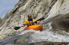Hombre Kayaking en el río de la montaña Imagenes de archivo
