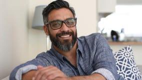 Hombre latino alegre en casa almacen de video