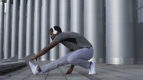 Hombre latino apto que estira los músculos en la cámara lenta, elaboración individual sana almacen de video