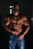 Hombre latino atractivo que presenta en gimnasio Fotos de archivo libres de regalías